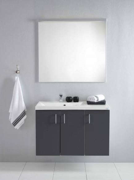 Fjordbadets nyeste modell med nydelige antrasittgrå dører i moderne silkematt utførelse. Her vist i 90 cm. Speil med lys medfølger, samt stilren heldekkende servant som finnes i venstre og høyre utførelse.