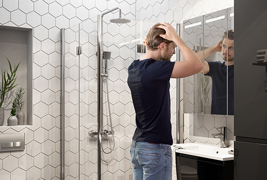 Baderom med sorte detaljer og hexagonfliser - baderingen