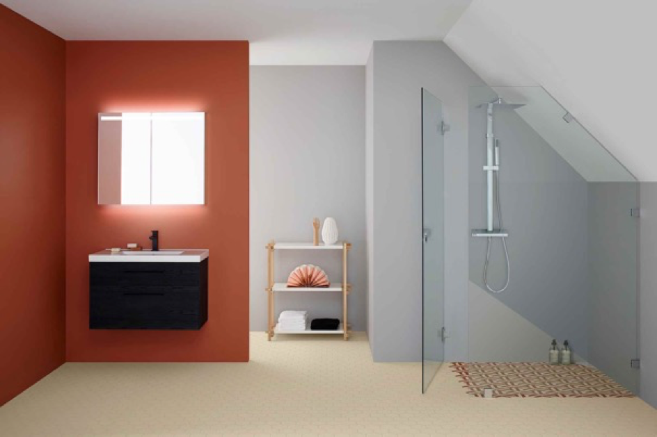 Bilde av en dusj med skråtak i ARC-serien fra INR, føres hos Baderingen.