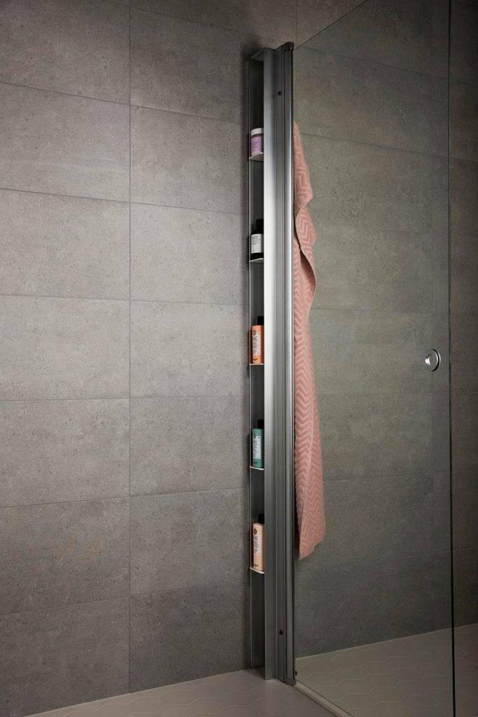 Dusjoppbevaring på dusjens innside som smelter sammen med dusjveggene LINC og SYNC.