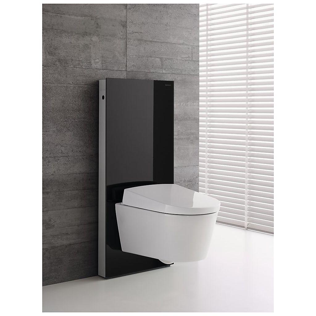 Vegghengt toalett med sort sokkel fra Geberit, levert av Baderingen.