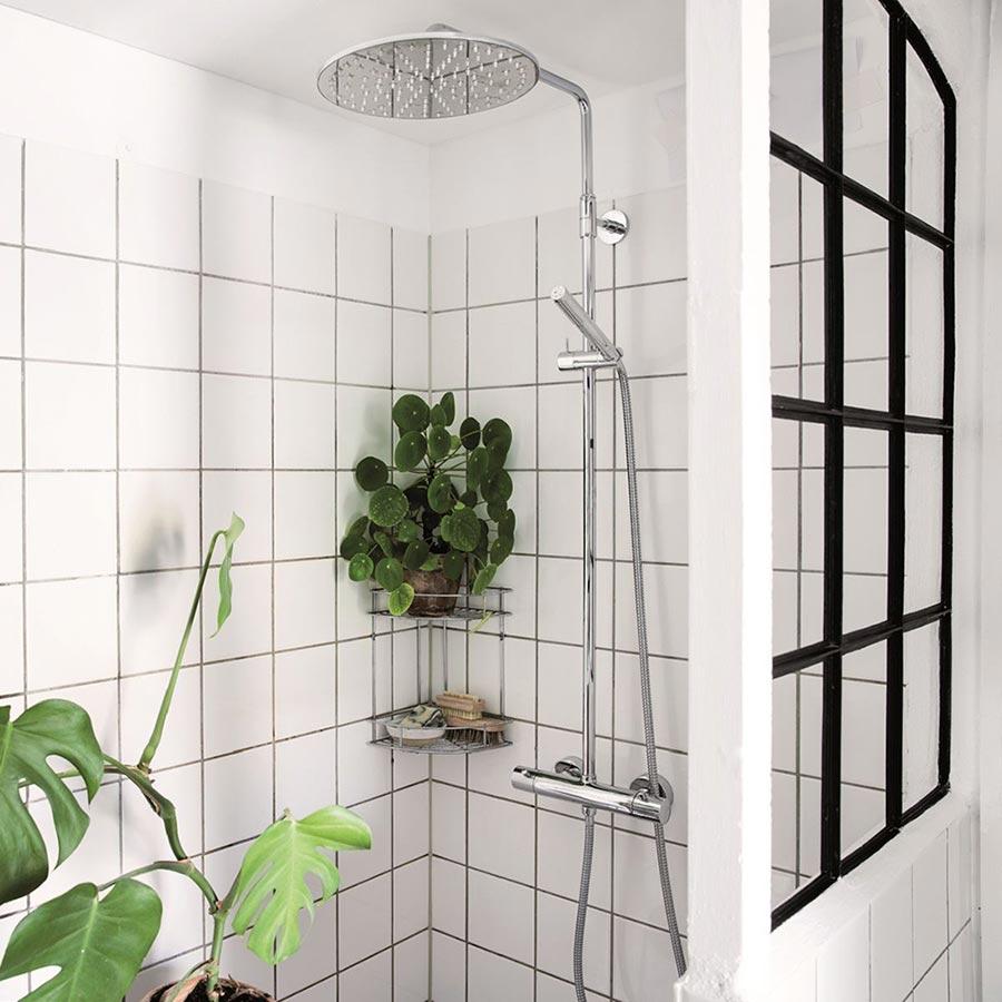 vannfall-dusj i koselige omgivelser